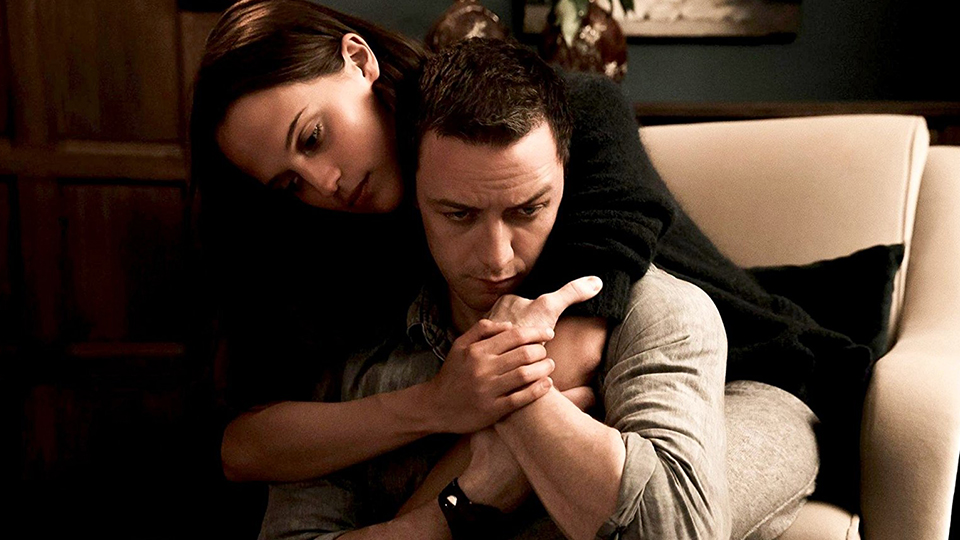 Danielle Flinders (Alicia Vikander) und James More (James McAvoy)