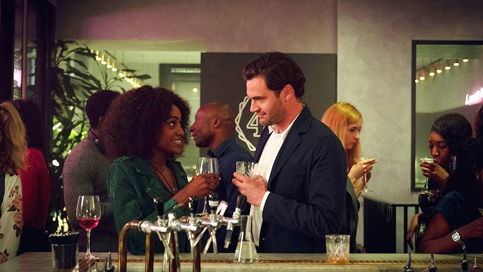 Louise (Simona Brown) und David (Tom Bateman)